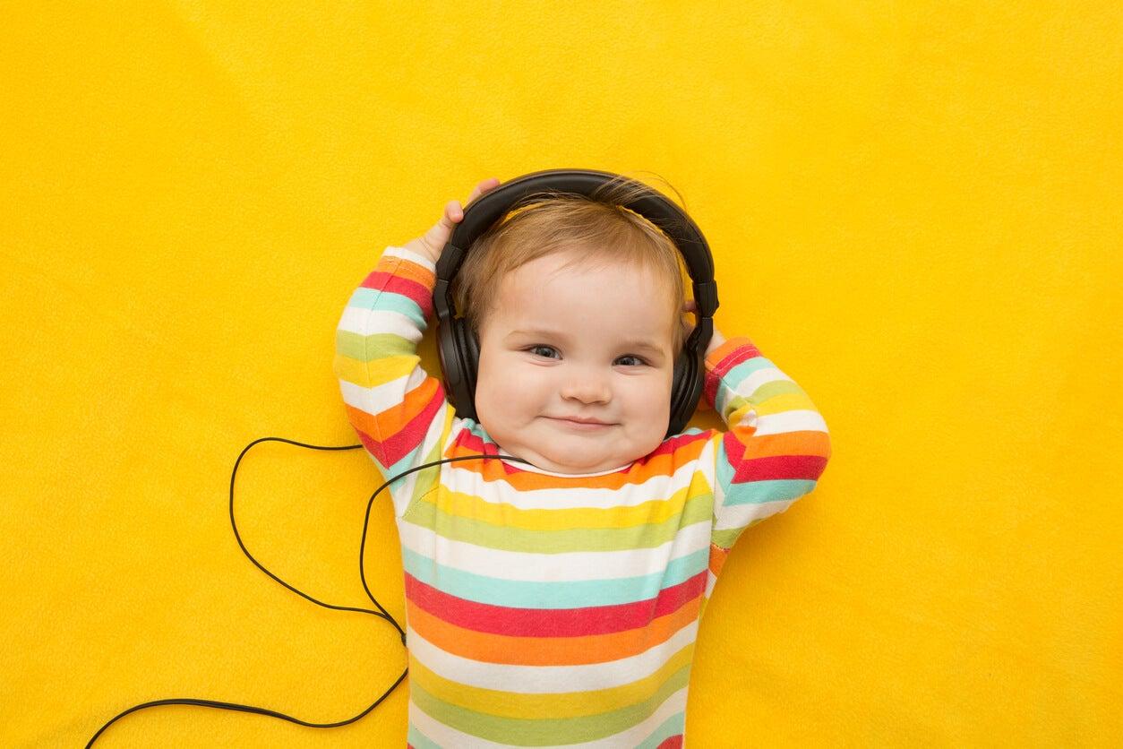 bebe con auriculares