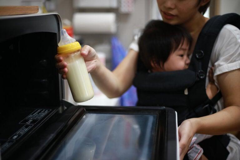 ¿Se puede calentar la leche del bebé en el microondas?