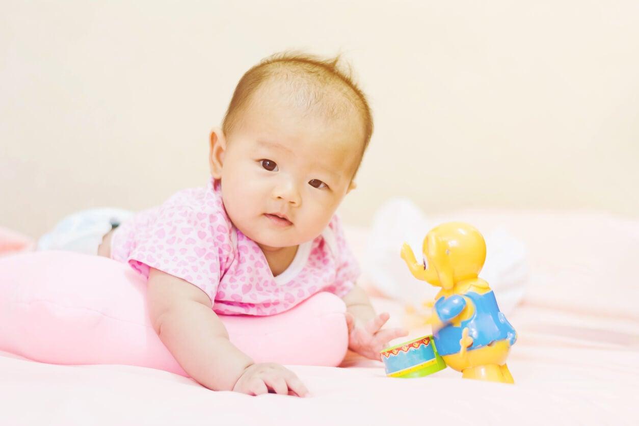 estimulacion boca abajo sobre objeto bebe atencion temprana fortalecimiento muscular
