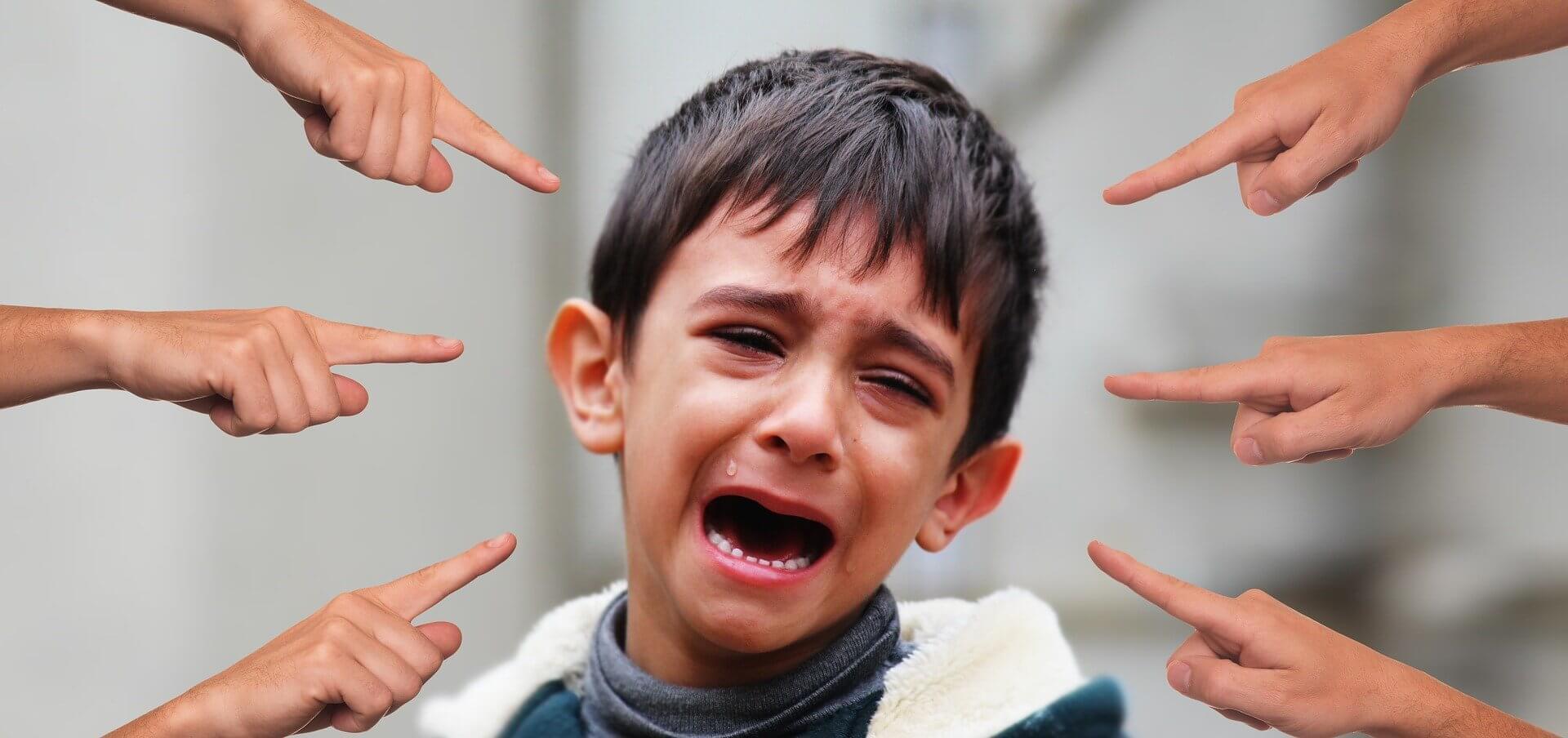 Bullying a niño por usar sandalias rosas