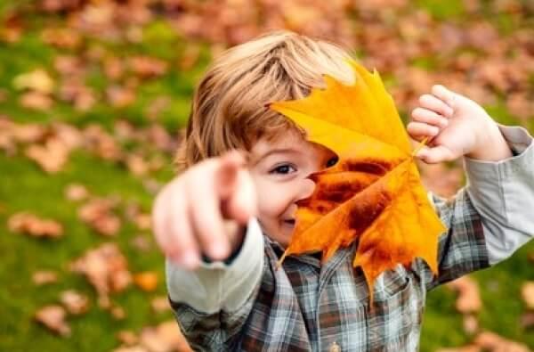 Niño explorando su entorno