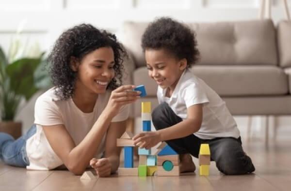 Niño aprovechando el tiempo con su madre