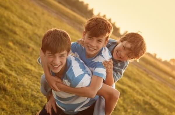 Tres hermanos felices