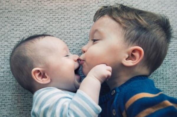 Según estudio: hermano menor es el más divertido de la familia