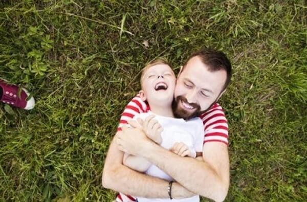 Padre cuidando a su hijo