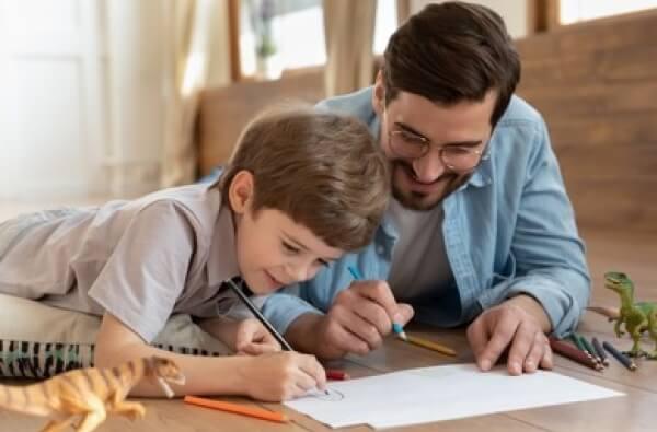 Papá e hijo haciendo trabajos