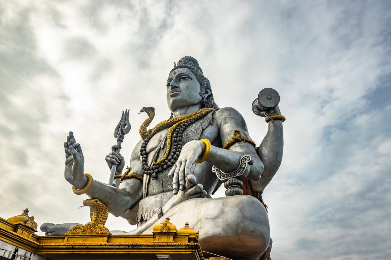 estatua de piedra del dios shiva templo hinduismo