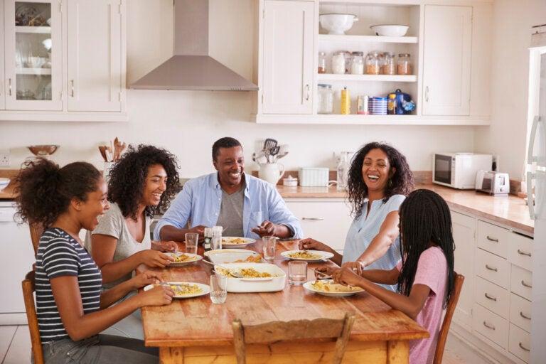 La ciencia te dice por qué es importante cenar en familia