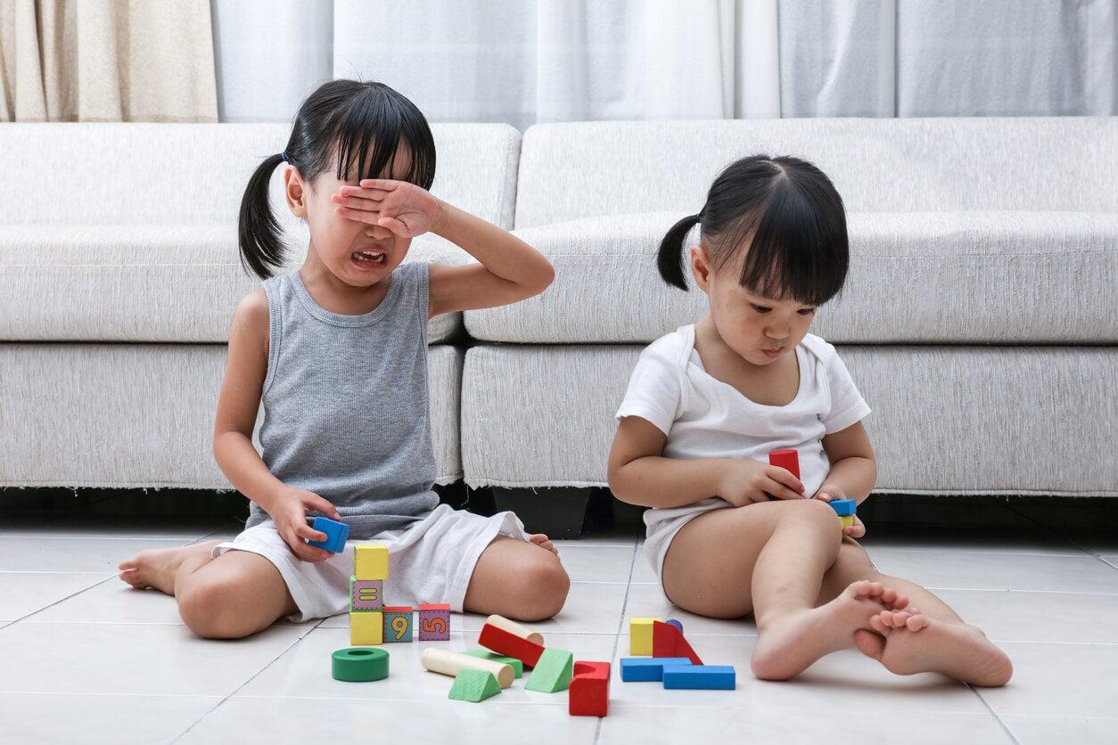 nena llora porque o quiere compartir juguete con otra nina