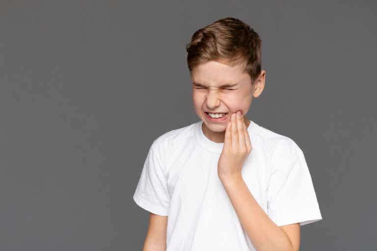 ¿Cómo calmar el dolor de muelas por caries en niños?