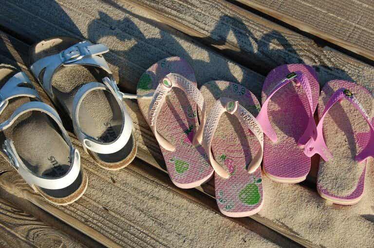 """Acertada respuesta de un niño frente a las críticas por llevar sandalias rosas, """"son de todos, de niños y de niñas"""""""