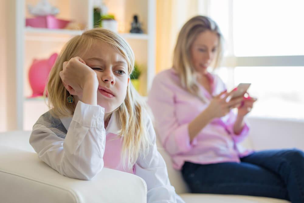 Madre con adicción al móvil