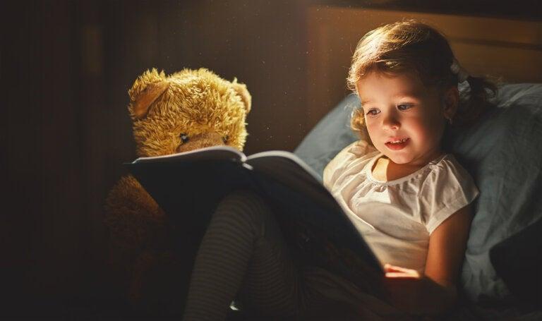 Acostar a tu hijo con un libro y no con la televisión