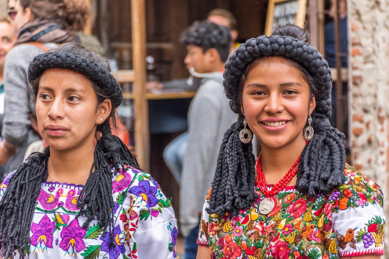 muejeres vestidos ropa maya guatemala